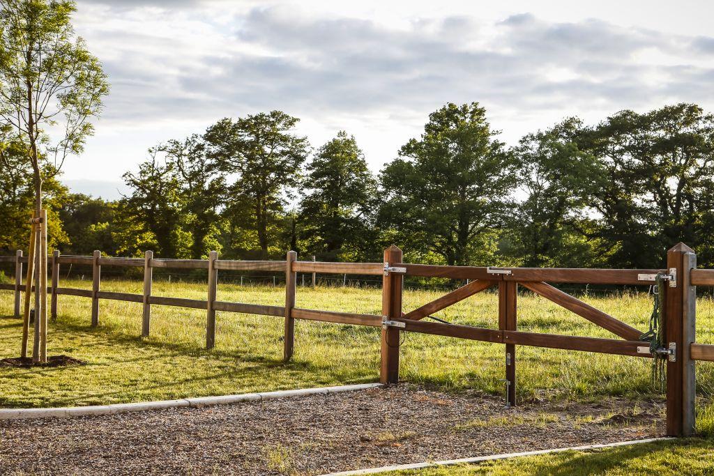 Pré et clôture chez Pur Cheval