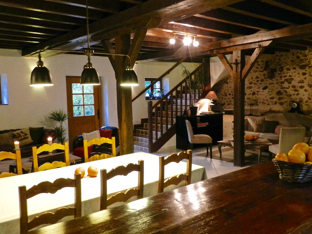La Chenauderie: Vue sur la salle à manger et le salon de la cuisine du gîte de Pur Cheval