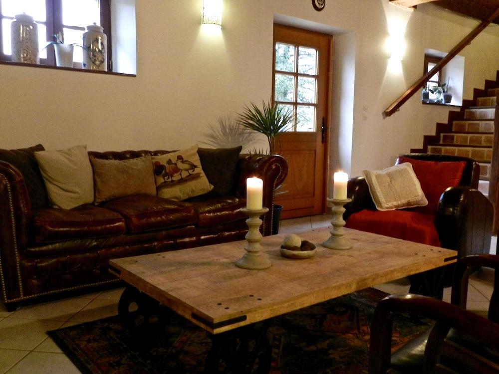 La Chenauderie: Une partie du salon du gîte de Pur Cheval